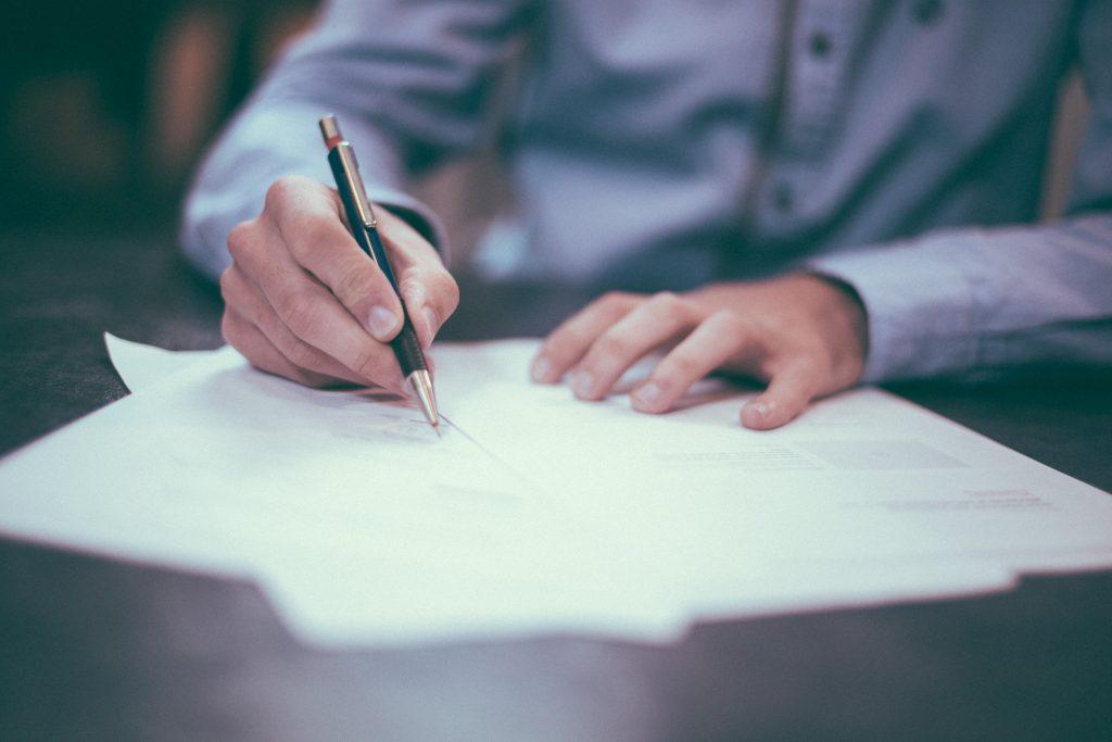 Corona Anwalt schreibt auf Papieren